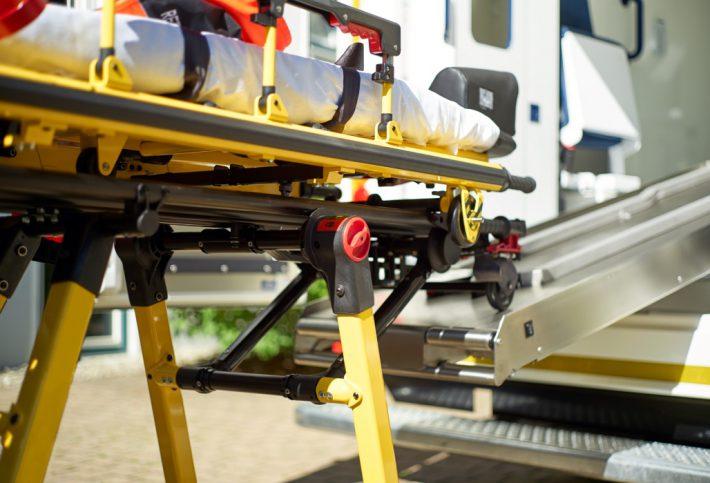 Notfallpatient auf dem Krankentransport.