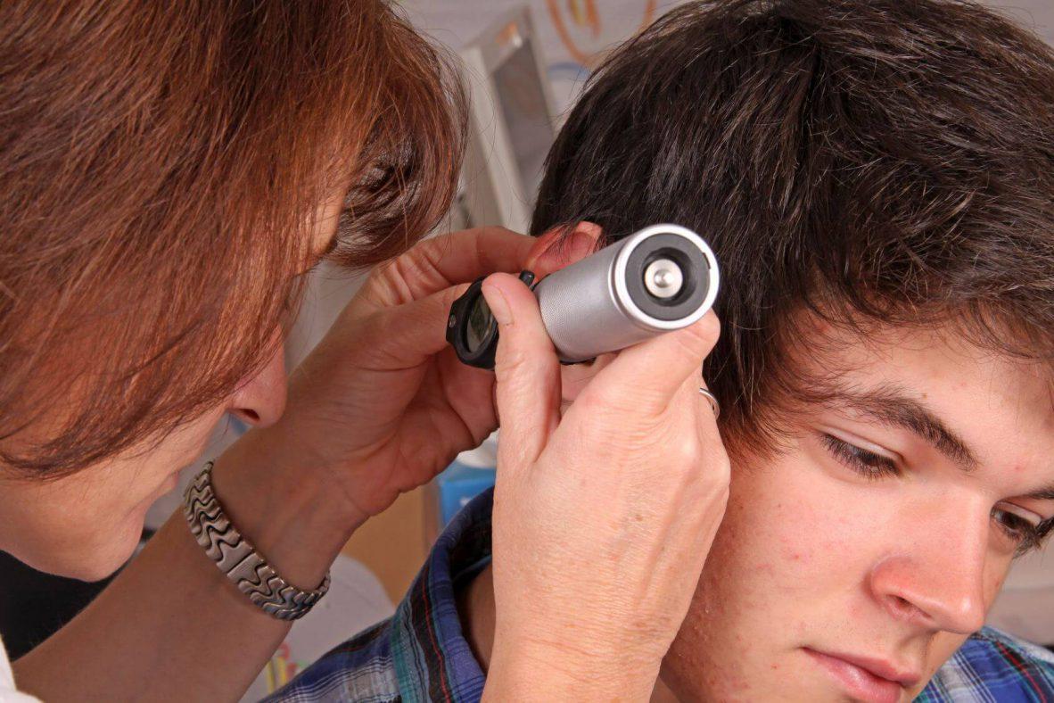Jugendlicher beim Ohrenarzt.