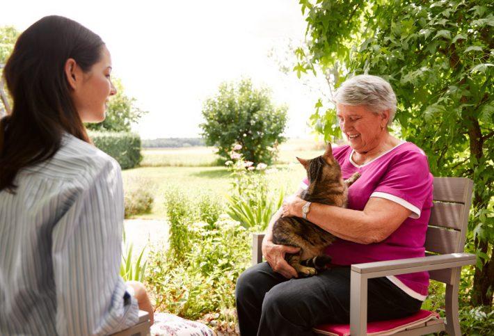 Angehörige mit Seniorin und Katze