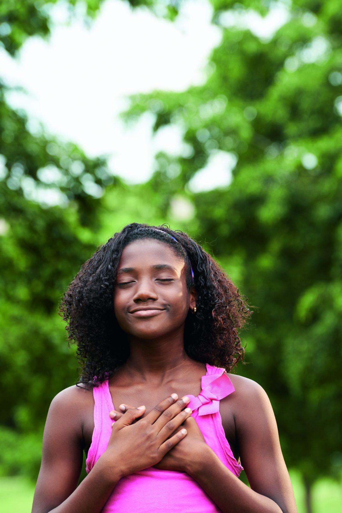 Mädchen gönnt sich Ruhe in der Natur.