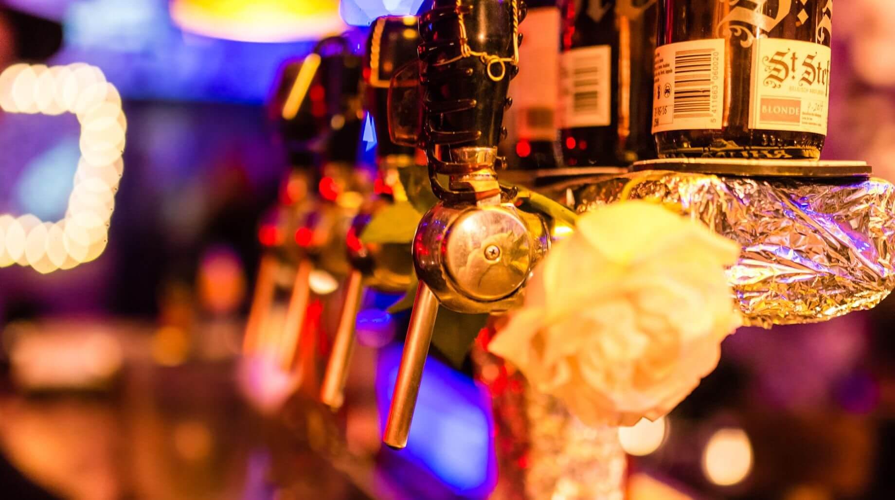 Alkohol wird ausgeschenkt.