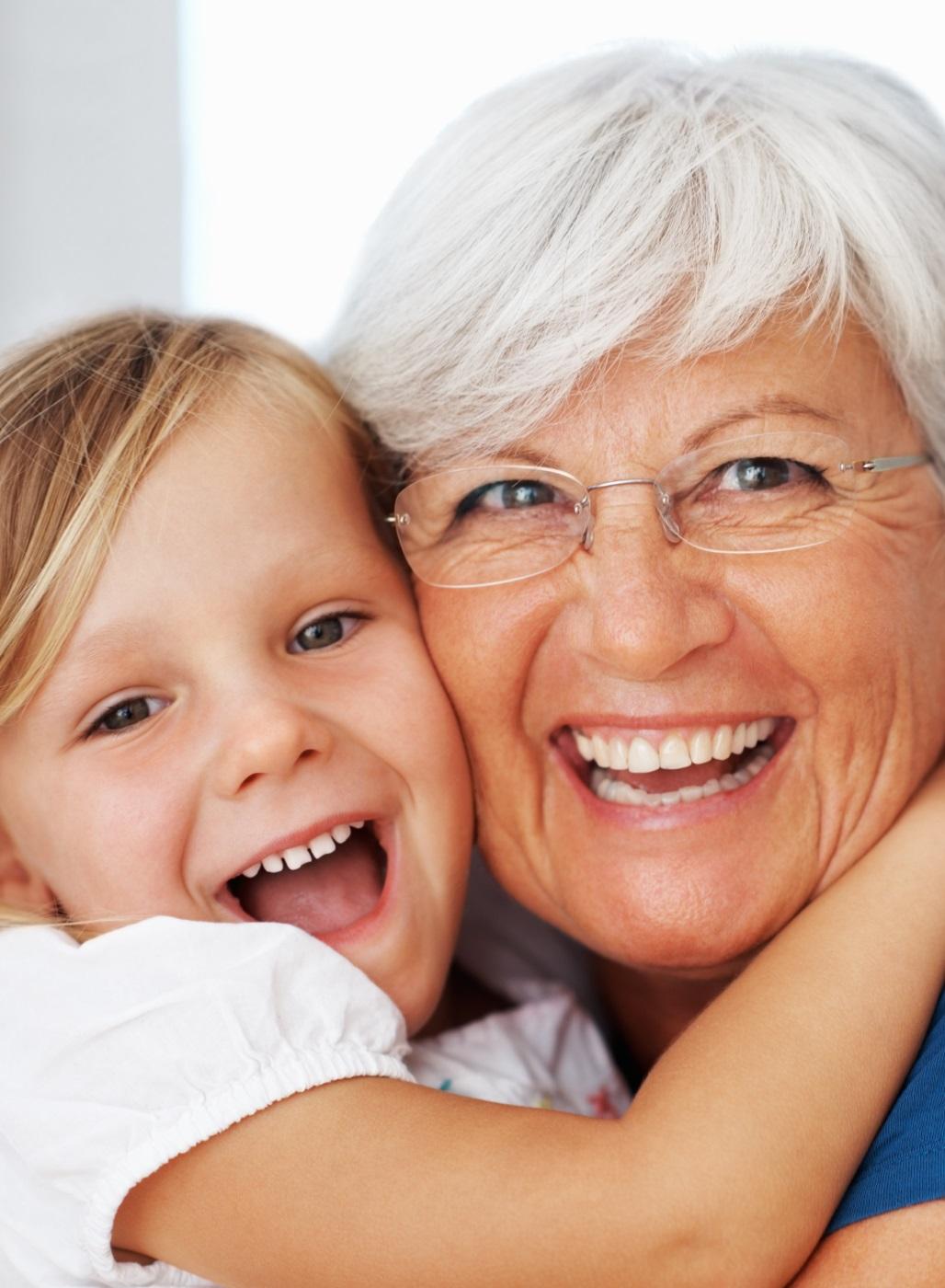 Oma mit ihrer Enkelin