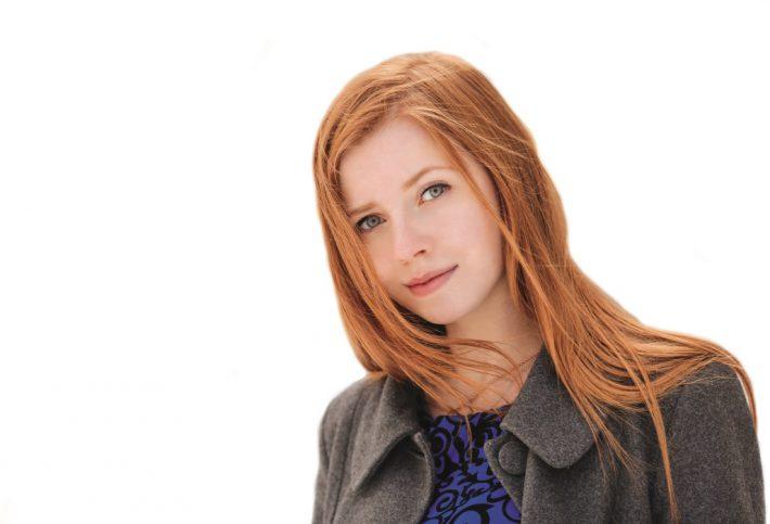 Frau mit blasser Haut und roten Haaren.