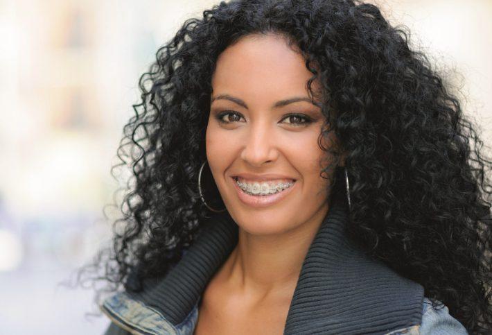 Frau mit schwarzen Haaren und dunkler Haut.