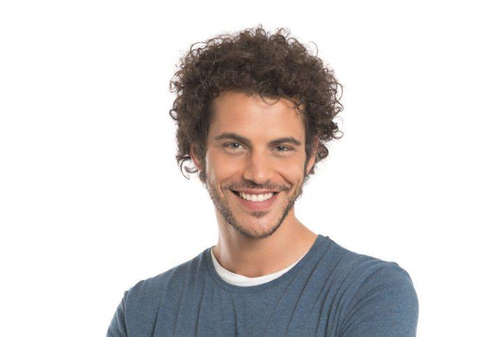 Mann mit leicht getönter Haut und braunen Haaren.
