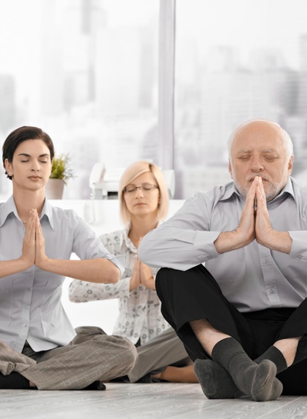 Männer und Frauen entspannen beim Yoga-Kurs.