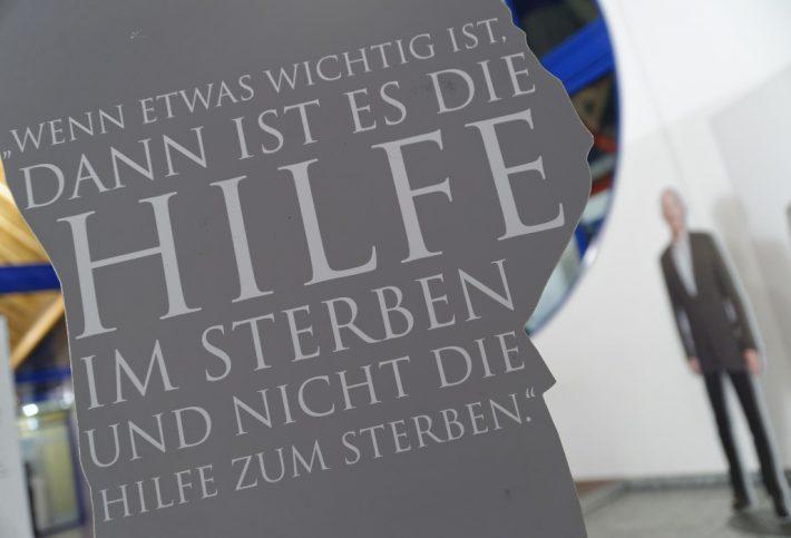 Ausstellungswand Gemeinsam Gehen mit Aufschrift: Wenn etwas wichtig ist, dann ist es die Hilfe im Sterben und nicht die Hilfe zum Sterben. Foto: Markus Raupach.