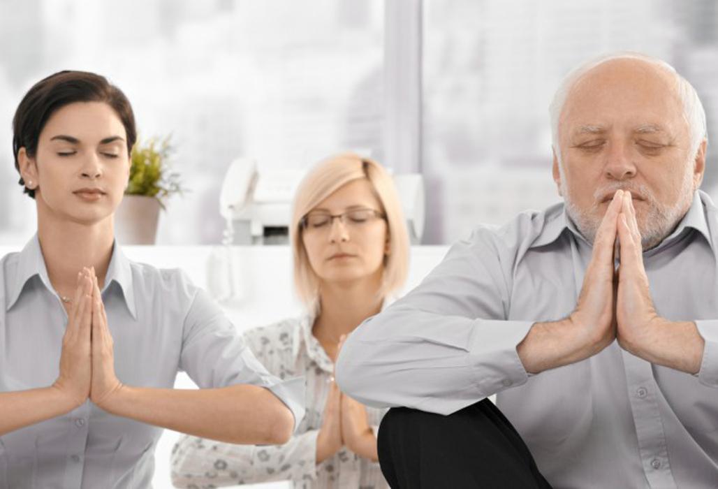 Älterer Herr und junge Menschen machen Entspannungsübungen.