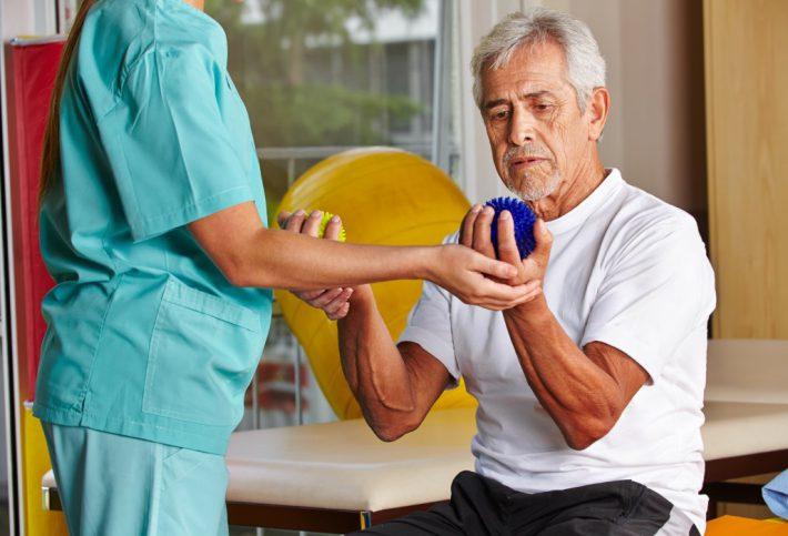 Männlicher Patient bei einer Reha-Übung.