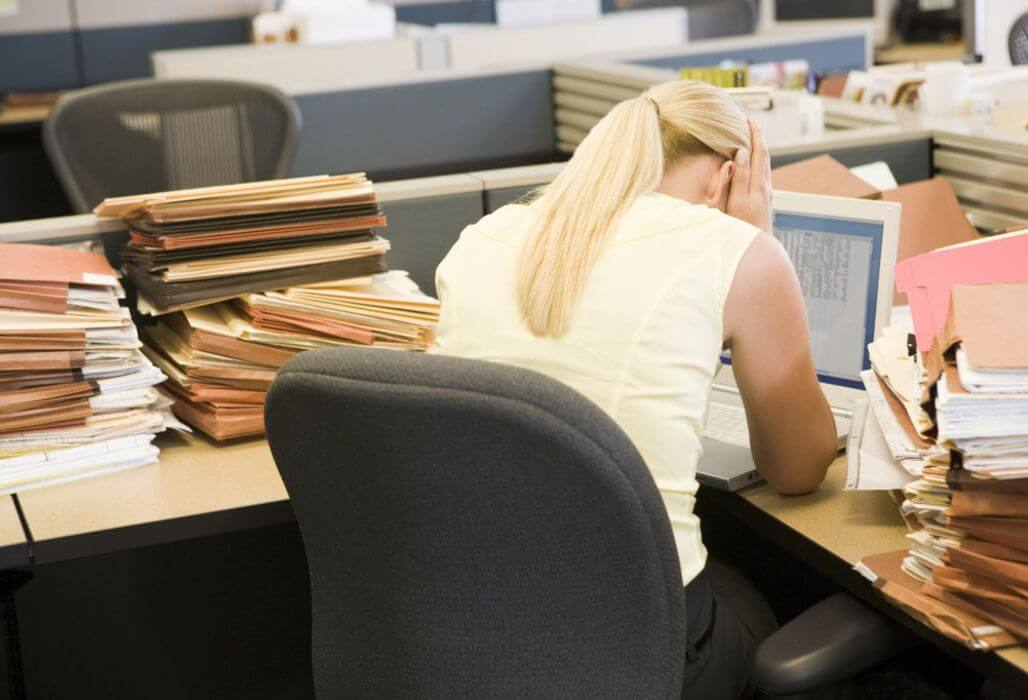 Junge Frau ertrinkt in Arbeit.