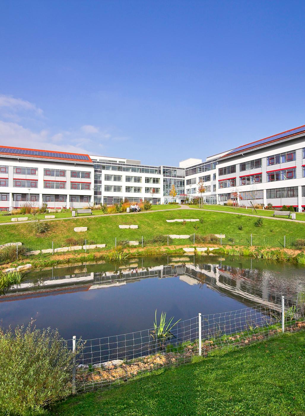 Außenbereich mit Versickerungsteich und Parklandschaft, Clinic Neuendettelsau.