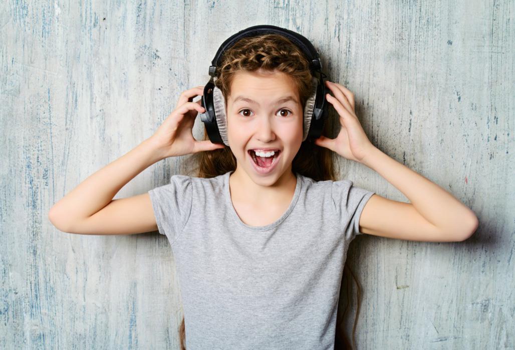 Mädchen mit Kopfhörern.