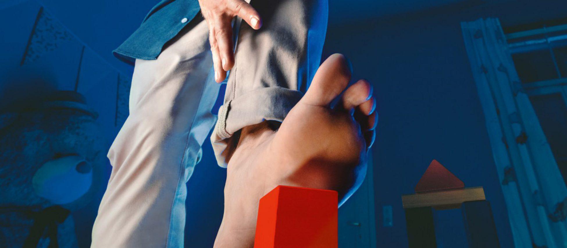 Headerbild zum Thema Masern. Ein nackter Fuß tritt auf ein Spielzeug.