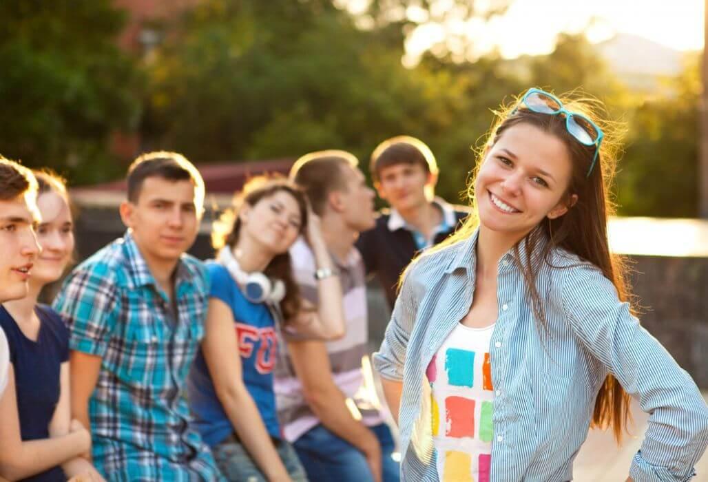 Jugendliche haben Spaß ohne Alkohol.