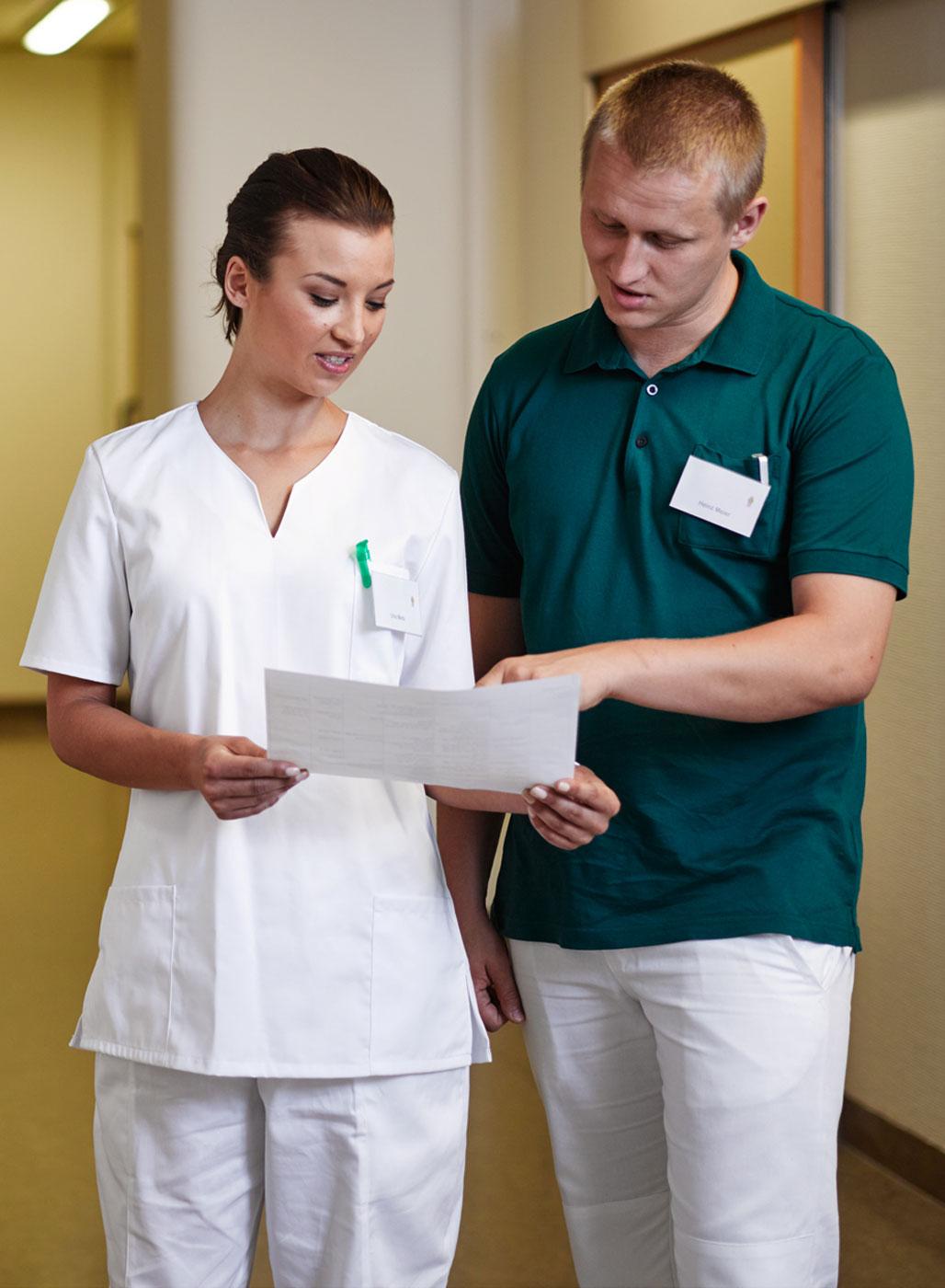 Pflegerin und Pfleger im Gespräch.