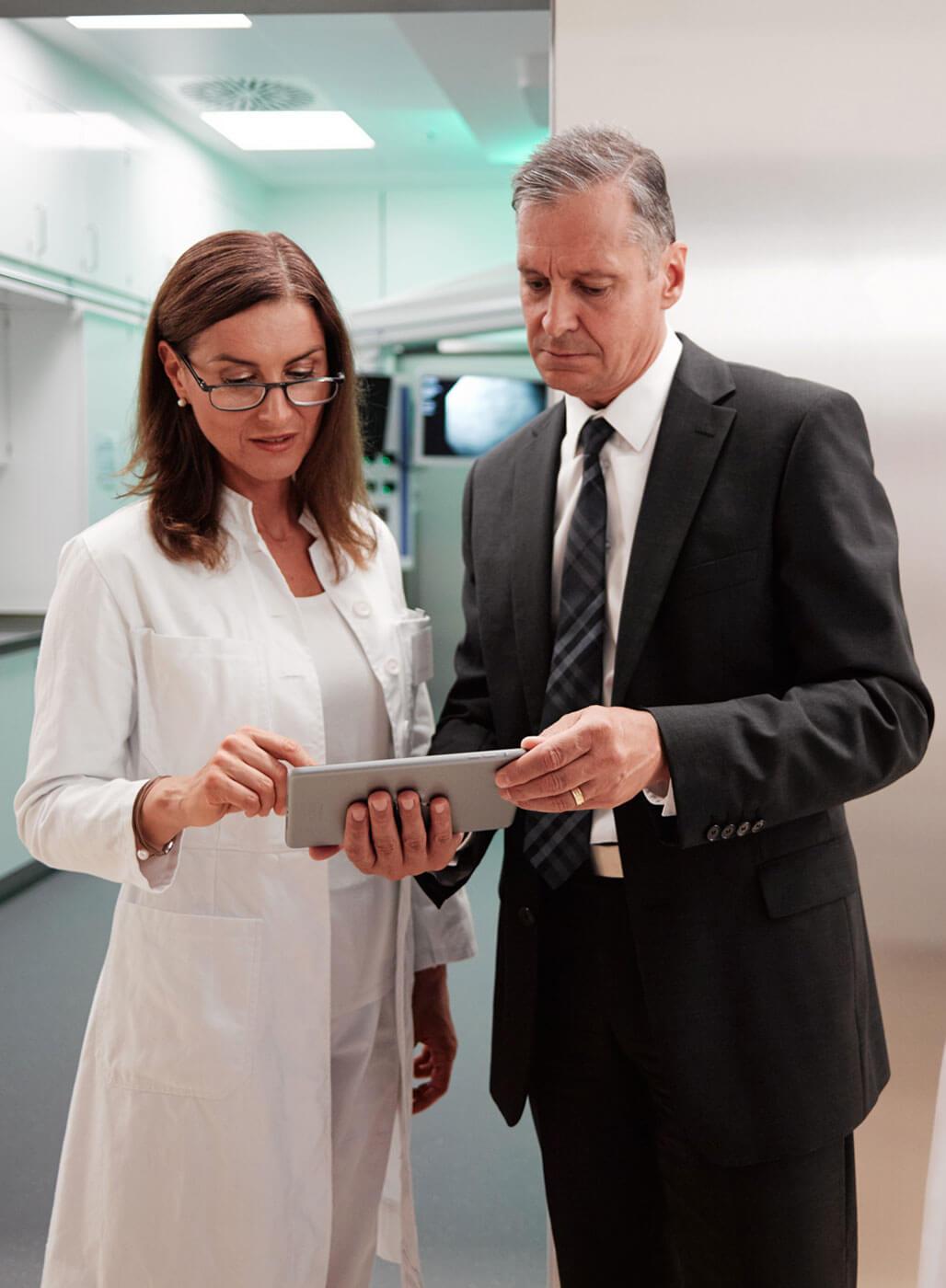 Ärztin im Gespräch mit Chef der Krankenhausverwaltung