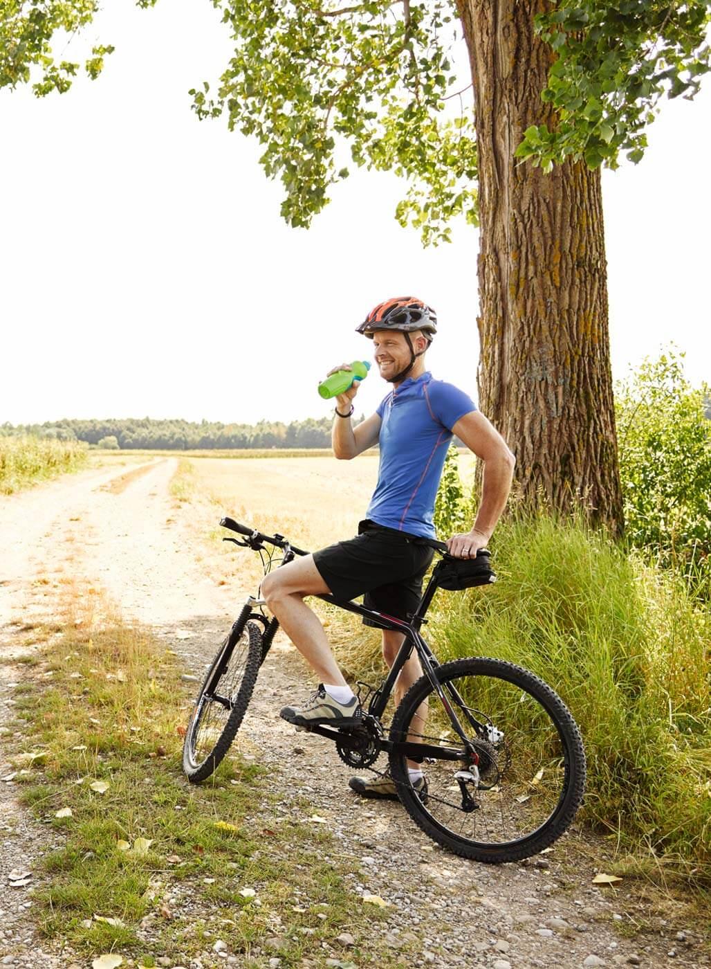Mann auf einem Mountainbike.