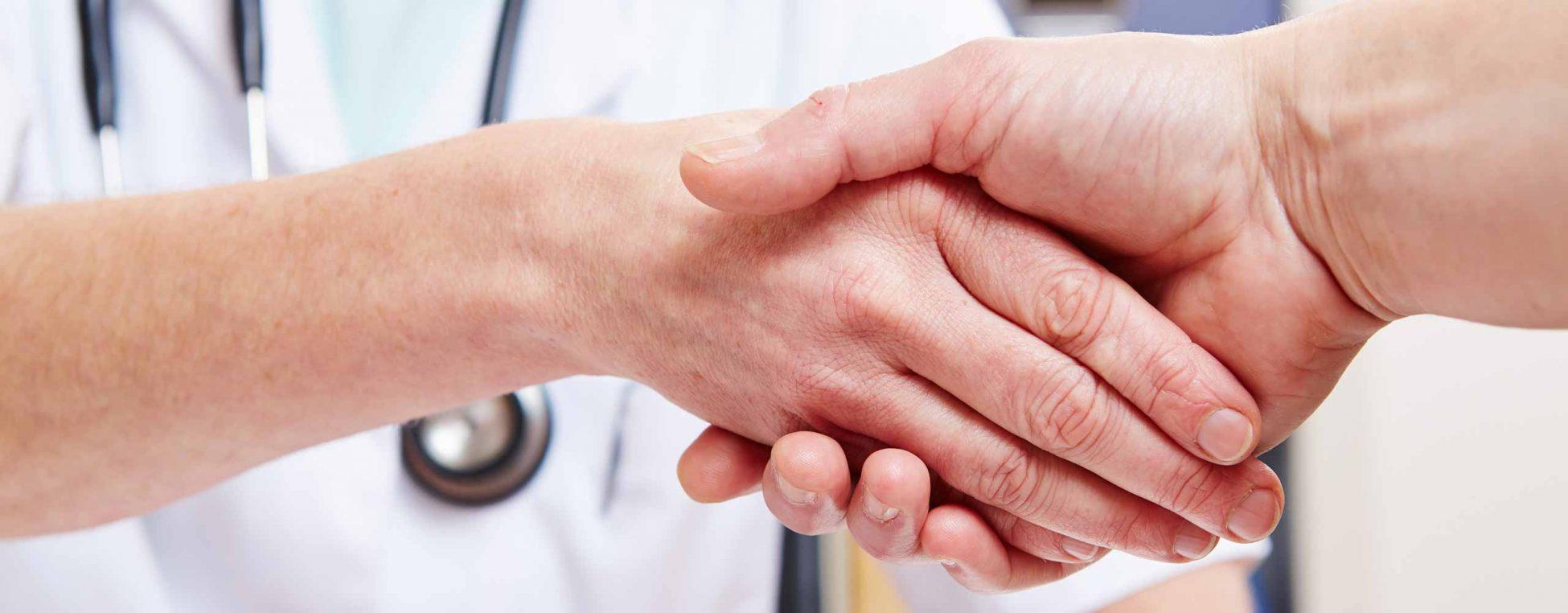 Patientenfürsprechertag - Arzt und Patient reichen sich die Hände