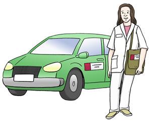 Pflegekraft eines Pflegedienstes steigt aus ihrem Auto.