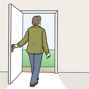 Person geht aus einer Haustür.