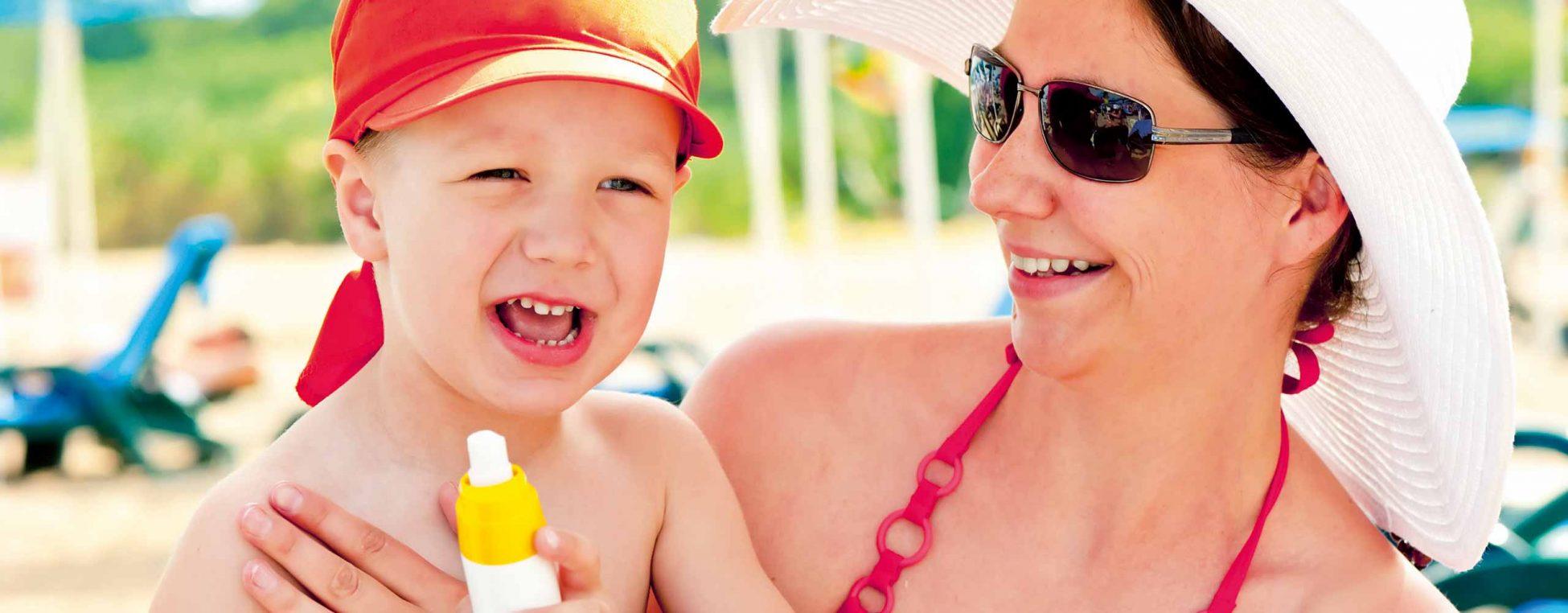 Motiv zur Kampagne Sonne(n) mit Verstand - statt Sonnenbrand - Mutter mit Kleinkind