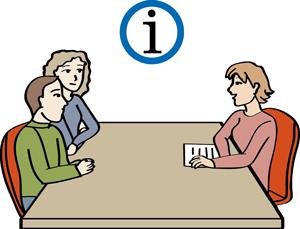 Eine Frau informiert und berät ein Paar.