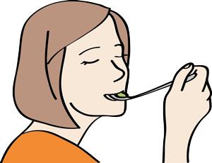 Eine Frau genießt ihr Essen.