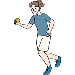 Joggerin hält Apfel in der Hand.