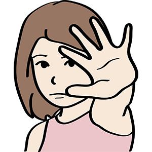 Kind macht eine abwehrende Geste mit der Hand.