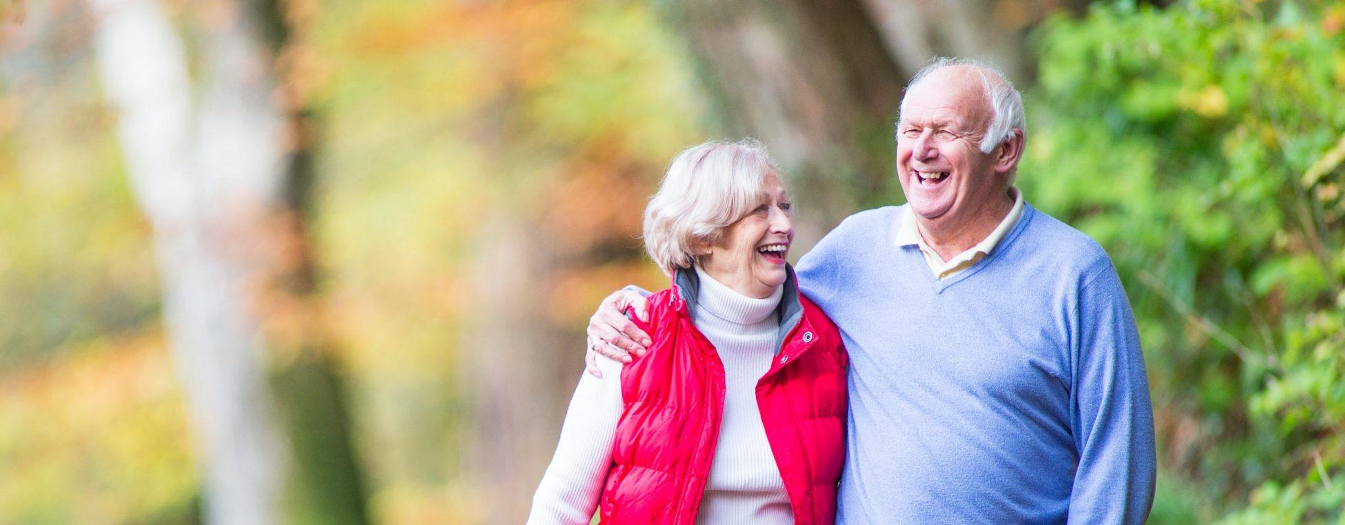 Vorsorge Osteoporose - Älteres Paar im Wald