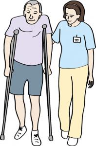 Frau hilft Mann an Krücken beim Gehen