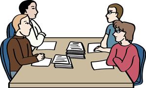 Drei Männer und eine Frau sitzen an einem Besprechungstisch. Vor ihnen liegen viele Papiere.