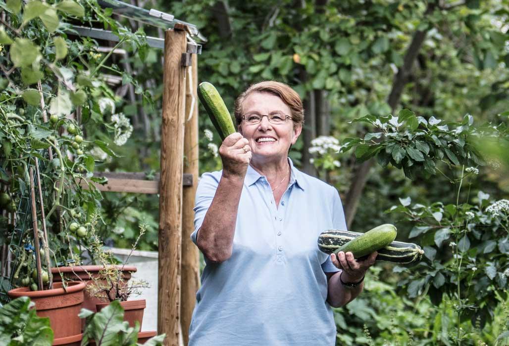 Kampagnenbild Mein Freiraum. Meine Gesundheit - Frau hält Gemüse in ihrem Garten