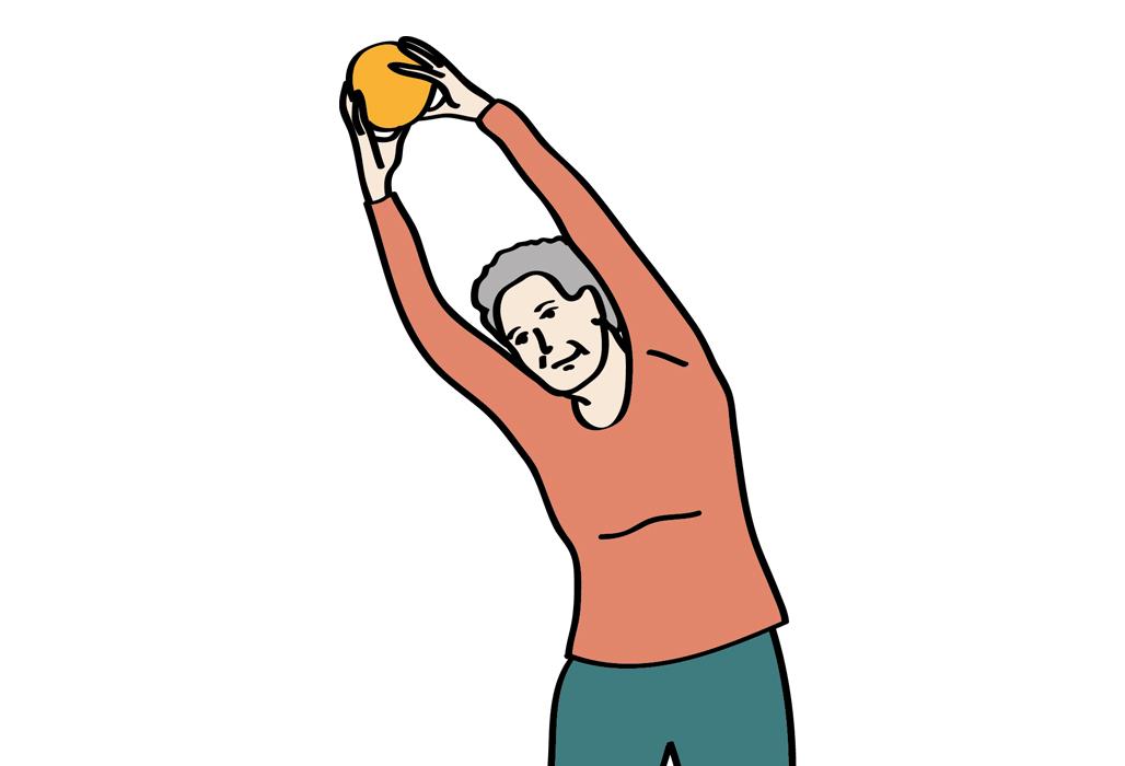 Ältere Frau macht Gymnastik mit einem Ball.