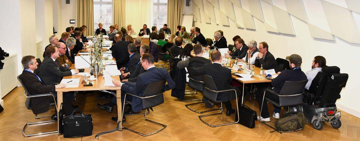 Die neuen Mitglieder und stellvertretenden Mitglieder des Bayerischen Landesgesundheitsrates tagten im Rahmen der konstituierenden Sitzung am 11.03.2019 zum ersten Mal.