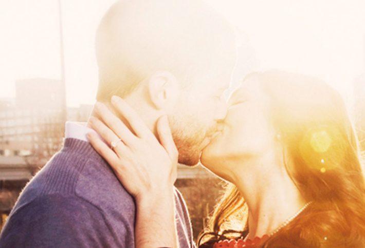 Kampagnenmotiv Mit Sicherheit besser - Paar küsst sich