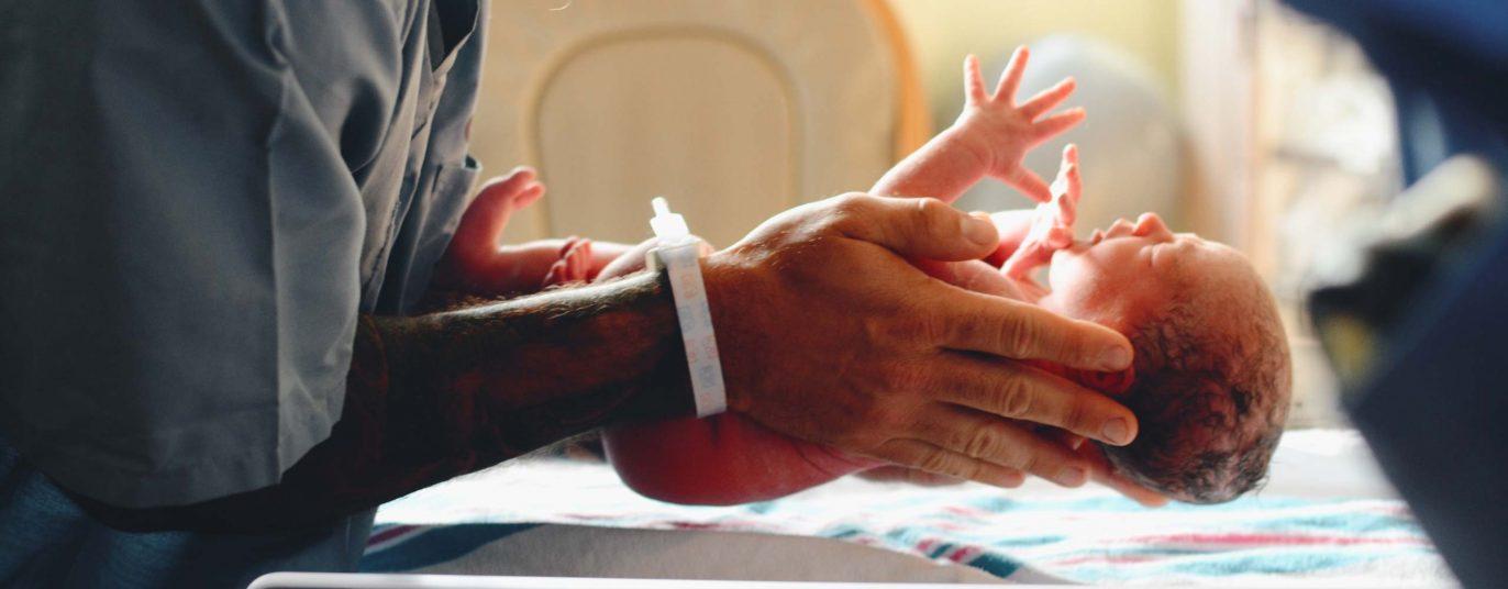 Geburtshilfe Krankenhaus - Hebamme hält Baby