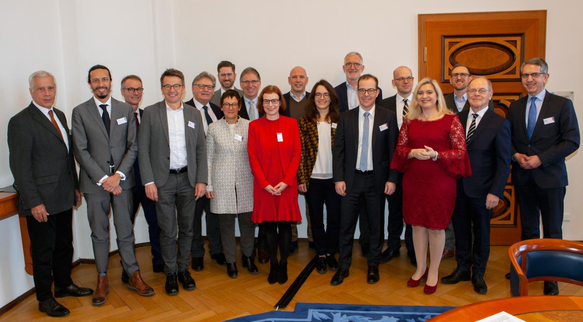 Bayerns Gesundheits- und Pflegeministerin Melanie Huml startete am 4. Februar 2019 in Nürnberg gemeinsam mit Vertretern von Ärzteschaft, Forschung und Industrie sowie von Krankenkassen und Betroffenen das Bayerische Innovationsbündnis gegen Krebs.