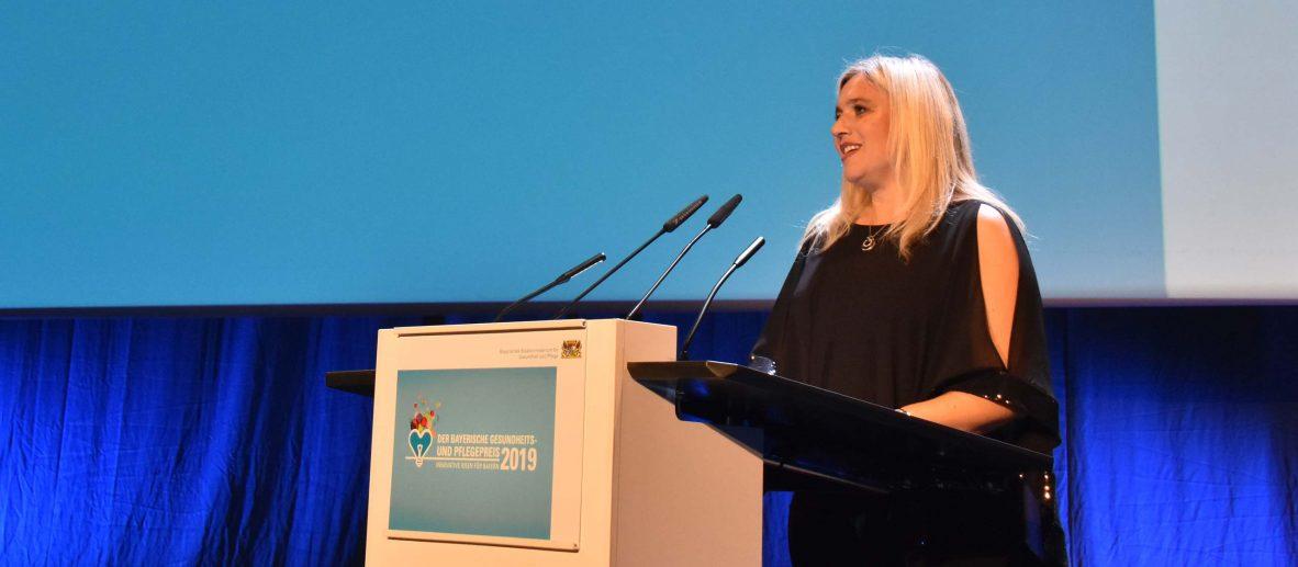 Staatsministerin Melanie Huml eröffnet den Bayersichen Gesundheits- und Pflegepreis 2019.