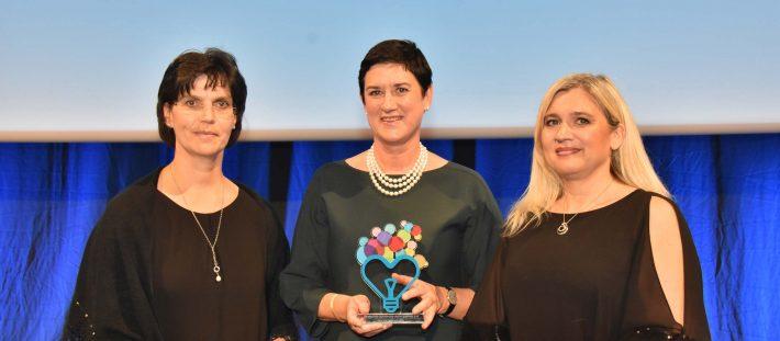 Andrea Riedmann und Anette Hrdlitschka mit Staatsministerin Melanie Huml