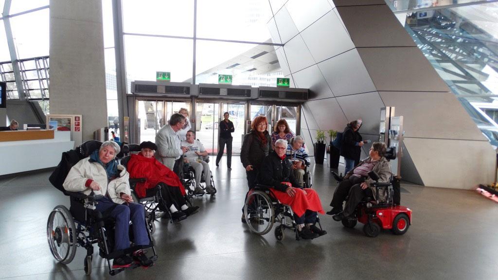 Besuch von Schwerbetroffenen mit Multipler Sklerose in der BMW-Welt München