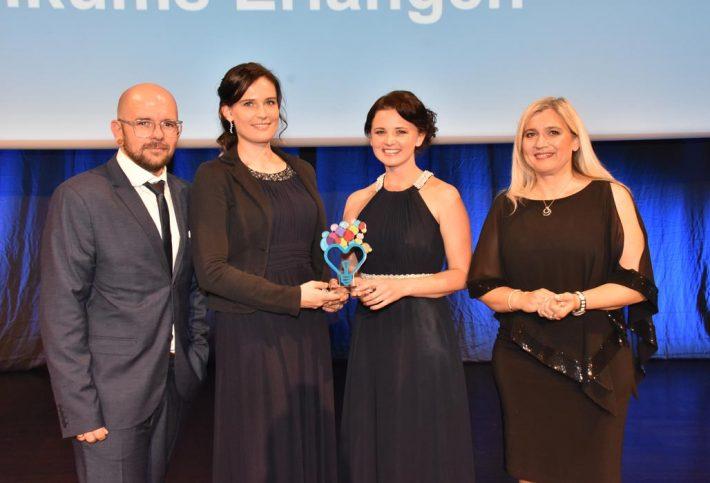 Tobias Heckelsmüller, Lisa Dietmar und Jana Ruppel mit Staatsministerin Melanie Huml