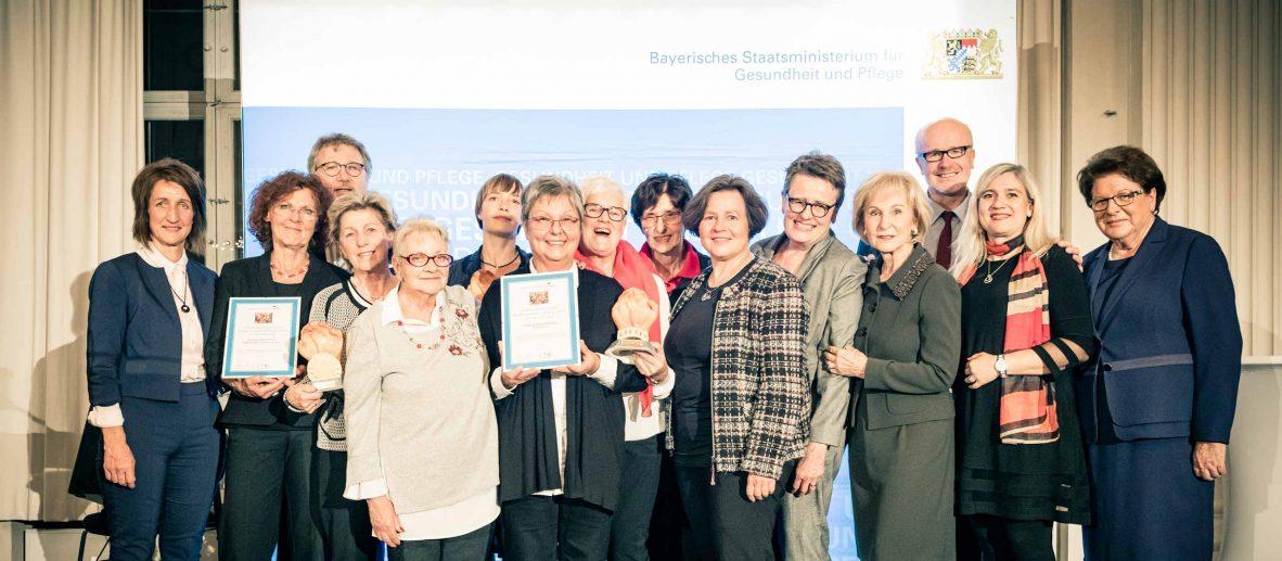 Preisträgerinnen und Preisträger des Bayerischen Hospizpreises 2019 mit Staatsministerin Melanie Huml und der ehemaligen Landtagspräsidentin Barbara Stamm.