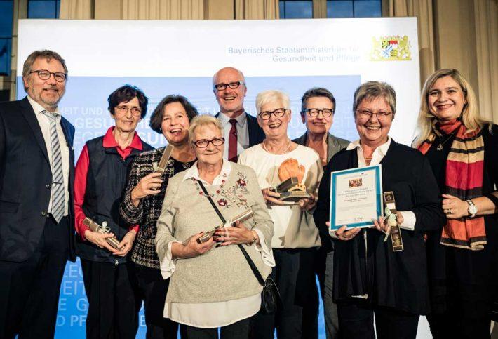 Die ökumenische Hospizgruppe-Gehörlose der Diözese Würzburg erhielt den Stiftungspreis Projekt. Mit Staatsministerin Melanie Huml und Stiftungsratvorsitzendem Dr. Rainer Schäfer.