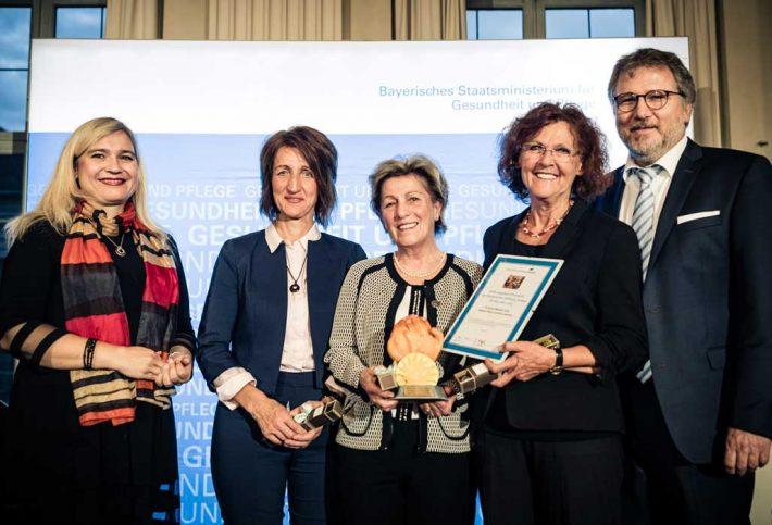 Die drei Preisträgerinnen des Stiftungspreises Ehrenamt sind Christine Meseth-Voß, Helene Peter und Rosi Jarema. Sie sind in der Hospizinitiative der Caritas-Sozialstation Nittenau-Bruck e. V. mit Staatsministerin Melanie Huml und Stiftungsratvorsitzendem Dr. Rainer Schäfer.