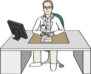 Ein Arzt, der an seinem Schreibtisch in der Praxis sitzt