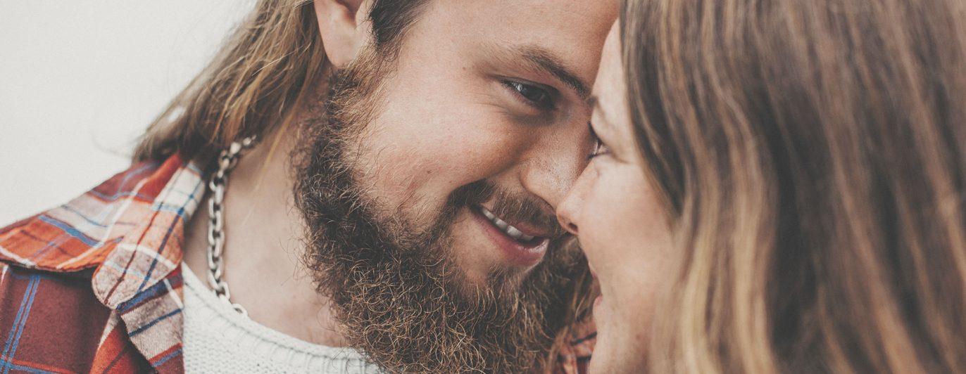 Ein junges Paar küsst sich