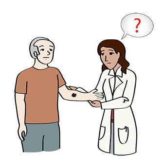 Die Ärtzin untersucht einen Mann auf Hautkrebs