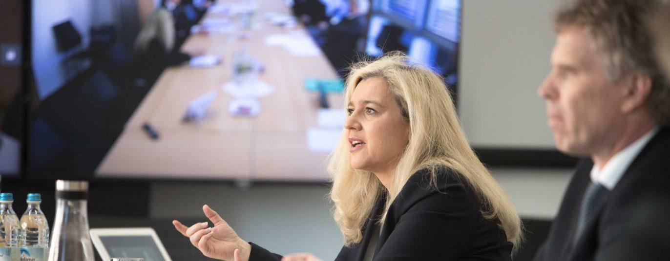 Staatsministerin Melanie Huml in einer Besprechung