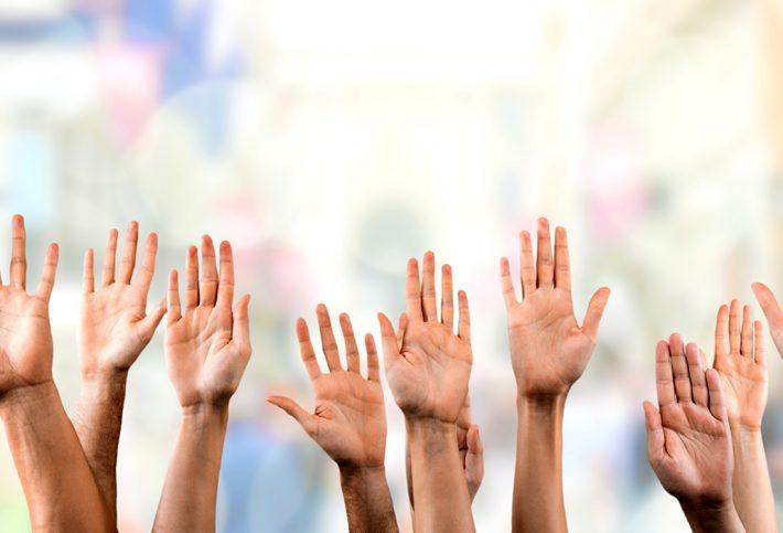 Hände werden hoch gehalten